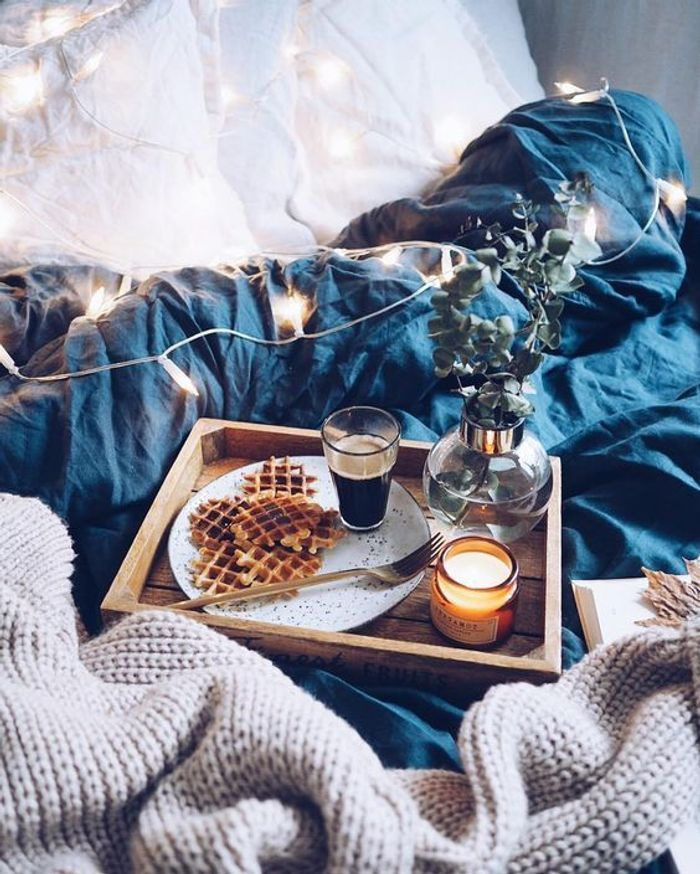 Petit d jeuner au lit couple waffle on r ve toutes d for Table de petit dejeuner au lit
