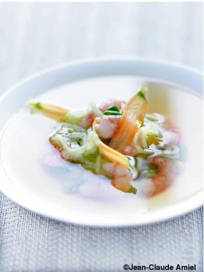 Bouillon de thé, gambas et petits légumes