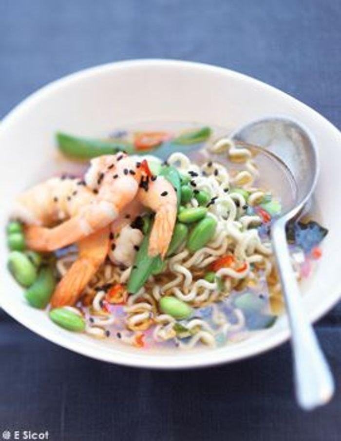 Soupe miso aux légumes, aux crevettes et aux nouilles