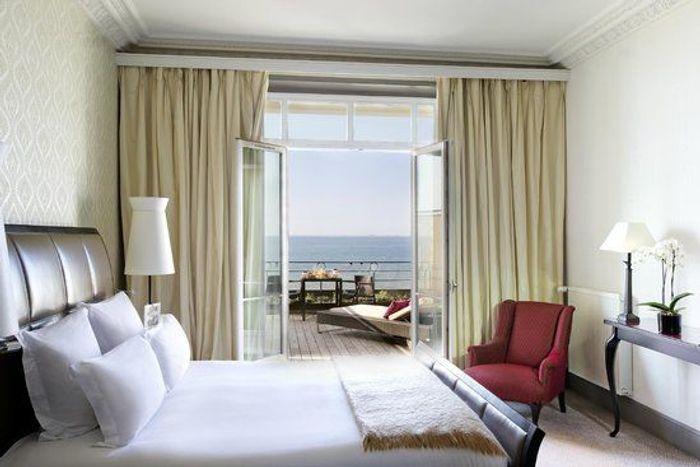 un h tel en bord de mer cabourg top 10 des plus beaux h tels en bord de mer elle. Black Bedroom Furniture Sets. Home Design Ideas