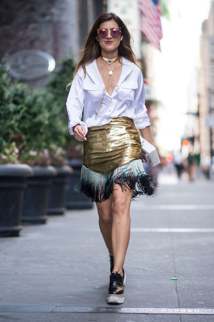 Une jupe dorée + une chemise blanche