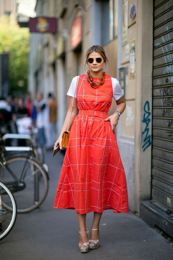 Une robe midi colorée + un tee-shirt basique + un gros collier