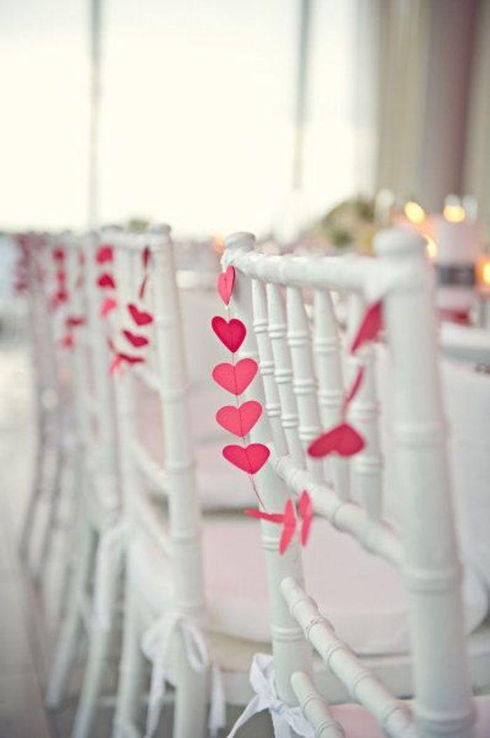 chaise de mariage avec guirlande de c ur des chaises de mariage qui font r ver elle. Black Bedroom Furniture Sets. Home Design Ideas