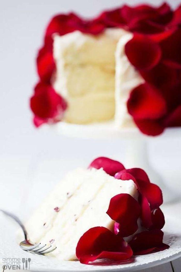 p tales de roses en d coration de g teau de mariage des p tales de roses pour un mariage ultra. Black Bedroom Furniture Sets. Home Design Ideas