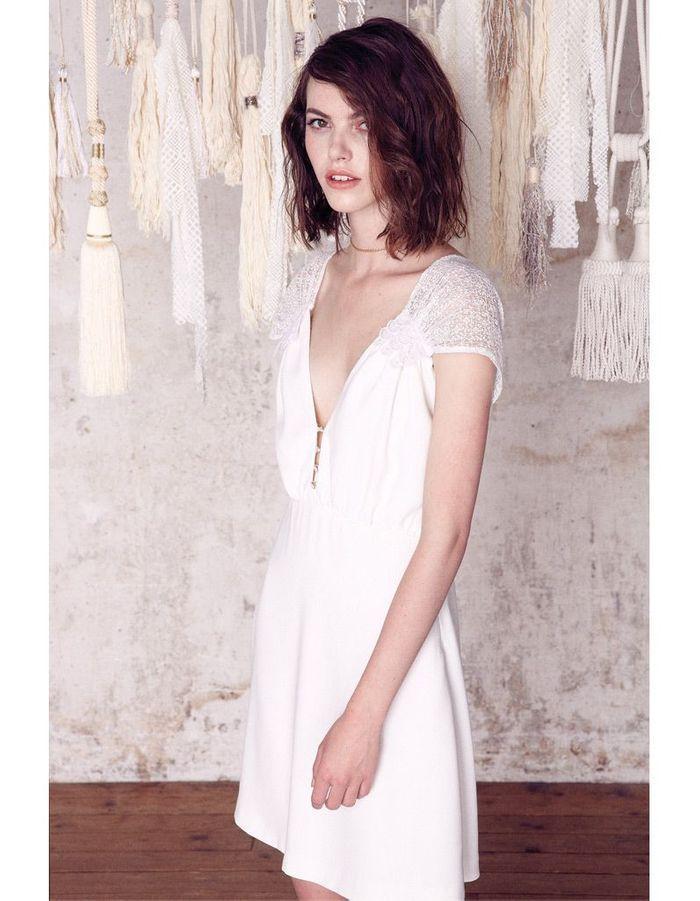 Petite robe blanche d collet e sess n lance sa for Prix de robe de mariage nicole