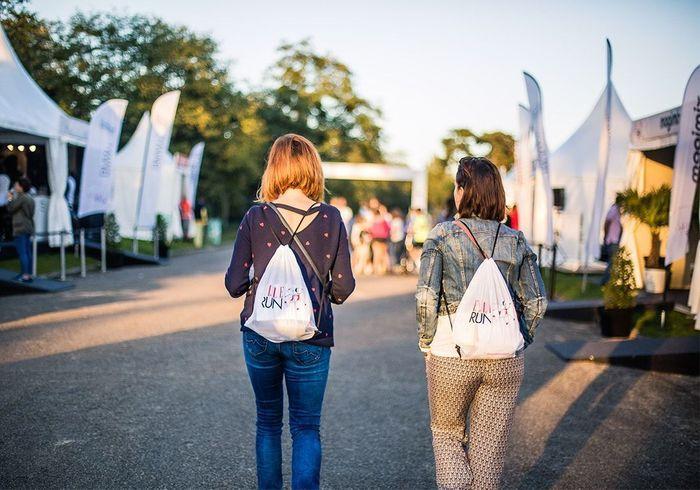 Nos participantes repartent avec leur tote bag sur le dos  À demain pour le top départ !
