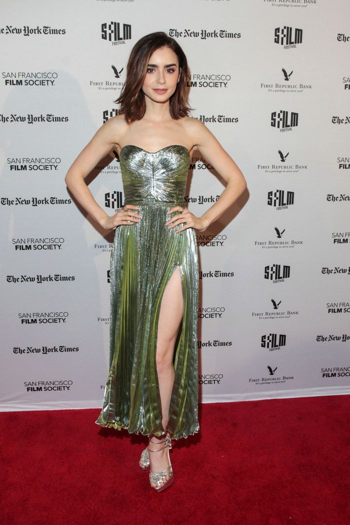 La robe fendue de Lily Collins