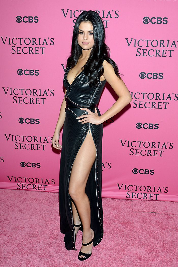 La robe fendue de Selena Gomez