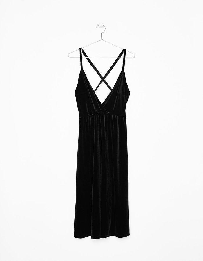 robe noire en velours bershka 55 jolies robes noires que l on r ve d avoir elle. Black Bedroom Furniture Sets. Home Design Ideas