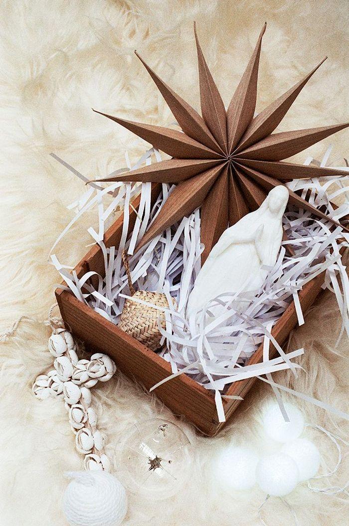 Une boîte à trésors mêlant étoile en carton et croix de cauris