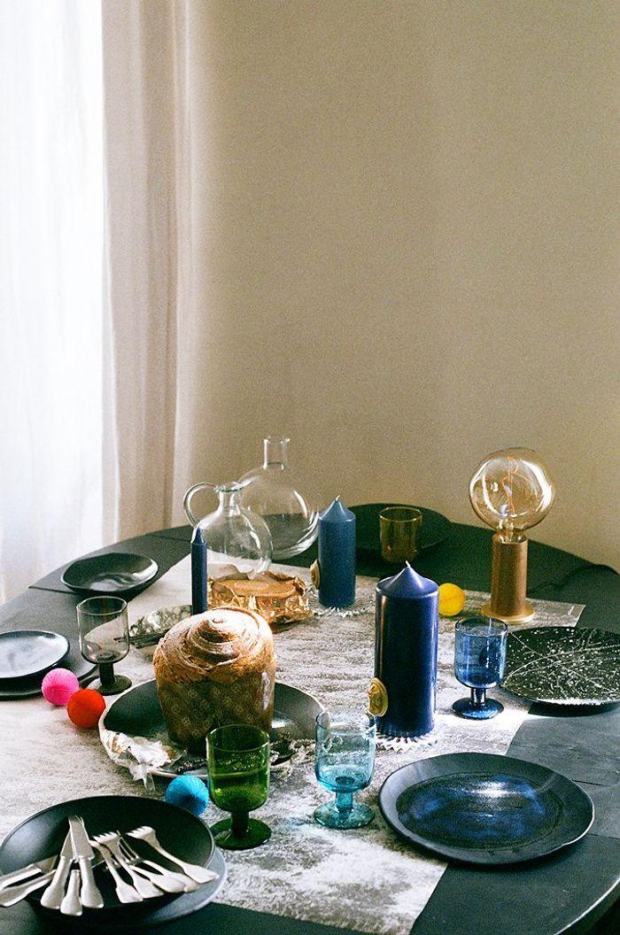 Une table esprit couture alliant le noir, le marine et l'anthracite