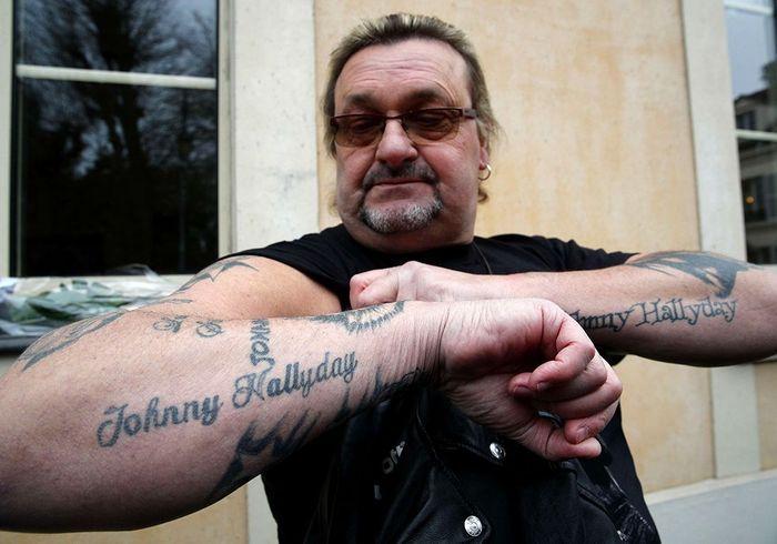 Il montre ses tatouages à l'effigie du rockeur.