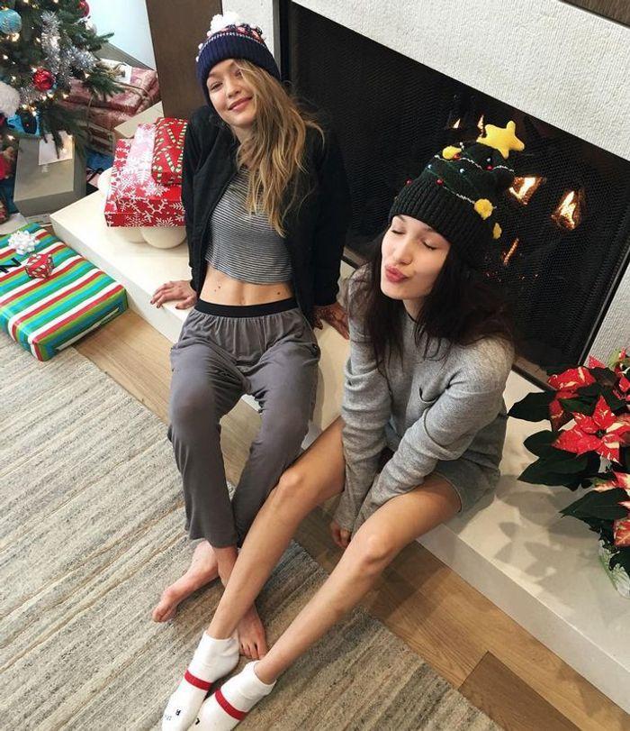 gigi et bella hadid les meilleurs instagram de no l de stars elle. Black Bedroom Furniture Sets. Home Design Ideas