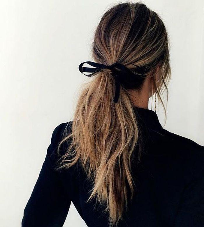 Coiffure simple avec un ruban dans les cheveux