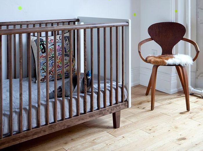 Un lit en bois pour une chambre de bébé vintage