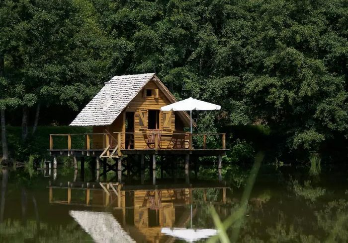 Une cabane sur pilotis à Saint-Didier-sur-Arroux (France)