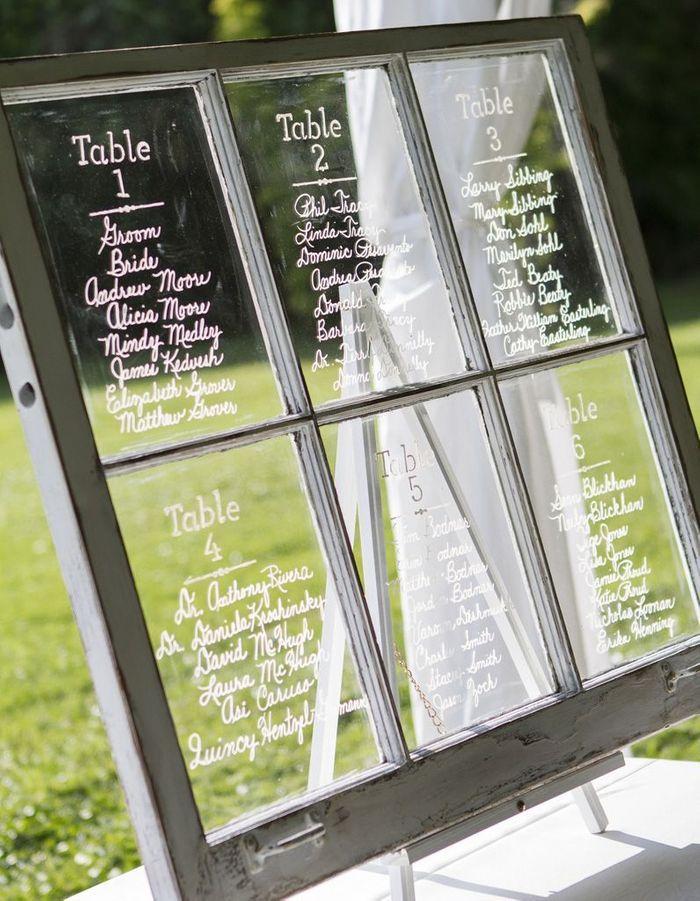 Une ancienne fenêtre en guise de plan de table pour une déco de mariage pas chère