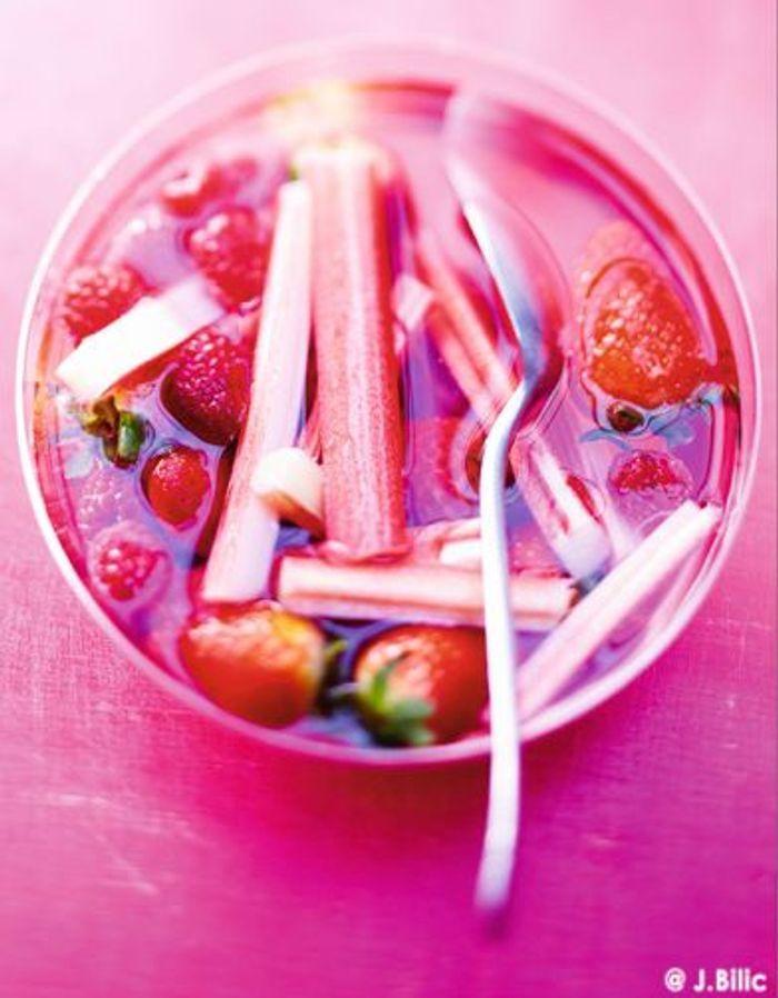 Salade de fraises et de rhubarbe au sirop de verveine