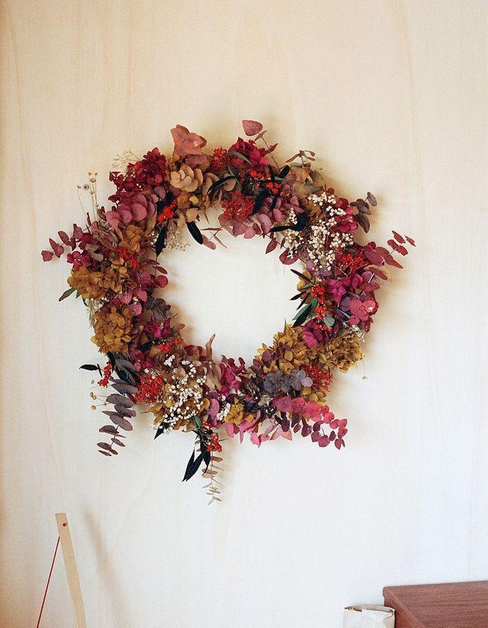 Une couronne de fleurs séchées
