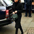 Un sac vert signé DeMellier London et un manteau noir Stella McCartney